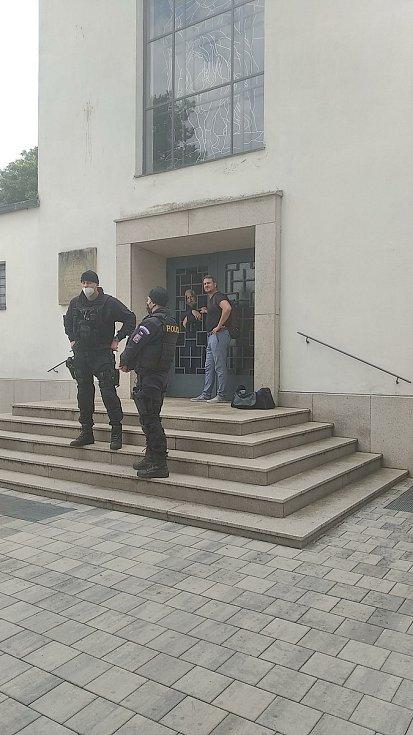 Otec Jozef Fejsak se na protest převzetí chrámu zamknul uvnitř.