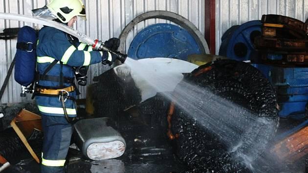 Dřevěné formy na odlitky začaly v sobotu dopoledne hořet v hale v Holáskách. Na místo vyrazily tři jednotky hasičů.