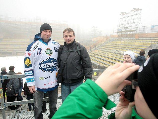 Útočník Petr Ton s fanoušky v areálu za Lužánkami, kde se uskuteční Hokejové hry.