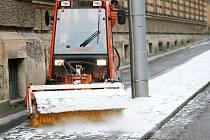 Sněžení zaměstnalo v noci na neděli silničáře v Brně a okolí. Na své trasy vyjížděli od osmi večer až do šesti ráno.