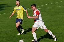 Břeclavští fotbalisté (ve žlutém) si pohráli s nováčkem z Orlové.