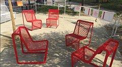 Zastupitelé brněnské městské části Židenice vedle zastávky Stará Osada umístili červené židle. Sází tam i nové stromy a keře.