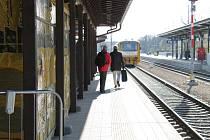 Na vlakovém nádraží v Třebíči dělníci ani v době koronavirové pandemie nezastavili práce na rekonstrukci nádražní budovy. Termíny drží.