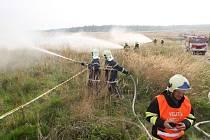 Profesionální i dobrovolní hasiči z Jihomoravského a Olomouckého kraje společně s armádou ve Vojenském újezdu Březina na Vyškovsku trénovali, jak zasahovat v případě velkého požáru