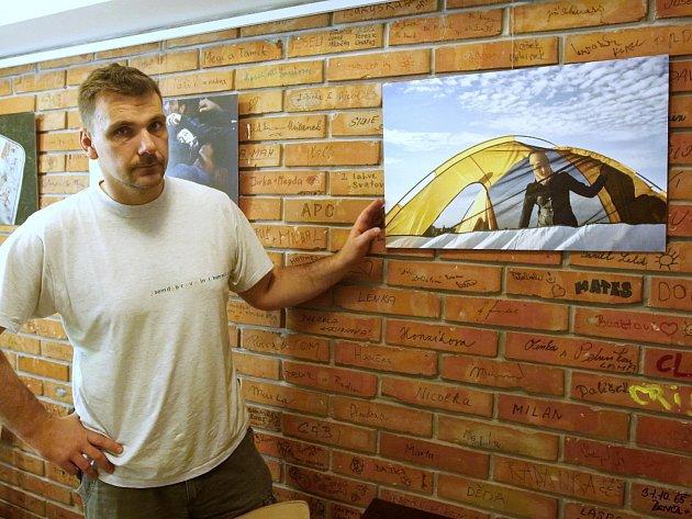 Pohnuté okamžiky z letošního září, kdy dorazila na maďarsko-srbské a srbsko-chorvatské hranice největší vlna uprchlíků, si od pátečního večera připomínají návštěvníci kavárny Anděl Diecézní charity Brno v Gorkého ulici na nové fotografické výstavě.