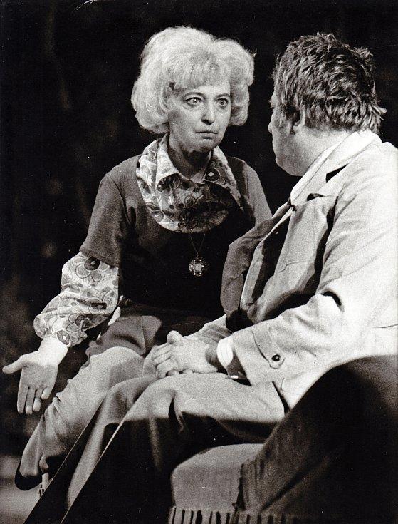 Ve hře Racek v roce 1975 vytvořila Helena Kružíková postavu herečky Iriny Nikolajevny Arkadinové.