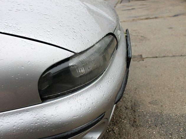 Auto, které srazilo tři chodce v brněnských Řečkovicích.