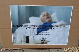 Sexy smrt a eutanazie pro všechny, stálo na transparentechpřed divadlem.