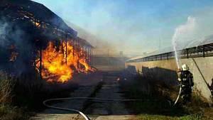 Požár skladu slámy ve Vlasaticích na Brněnsku likvidovalo padesát hasičů.