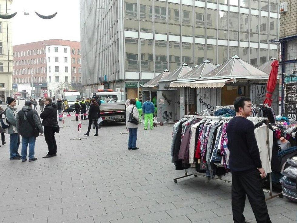 Stánky tržnice v ulici Pohořelec mizí. Městská část Brno-střed zahájila v sobotu jejich odstranění.