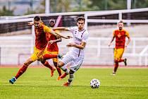 6. kolo F:NL: FK Dukla Praha (červeno-žlutá) - SK Líšeň. (v bílém Michal Bednář)