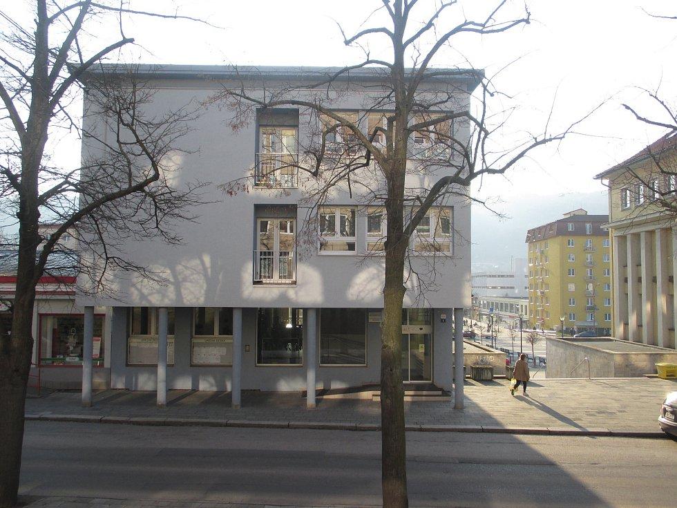KATASTRÁLNÍ ÚŘAD. V letech 1959-1960 vyrostla budova ONV v Blansku na dnešním nám. Republiky. Navrhl ji architekt Arnošt Krejza. K ní byl v roce 1961 přistavěn do dnešní Seifertovy ulice Okresní sekretariát KSČ, teď sídlo katastrálního úřadu.