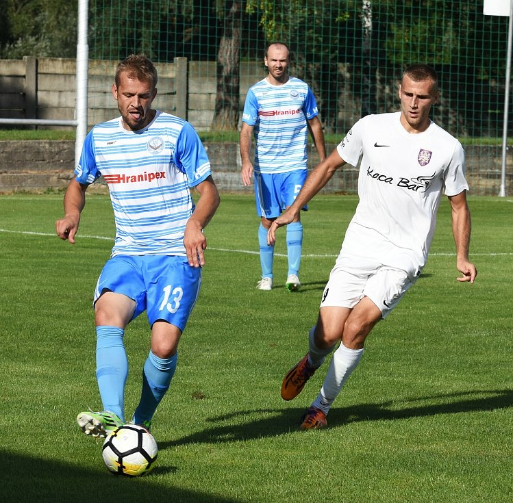 Fotbalisté Lanžhota (v bílém) sehráli utkání třetího kola divize D s Humpolcem před zraky 390 diváků.