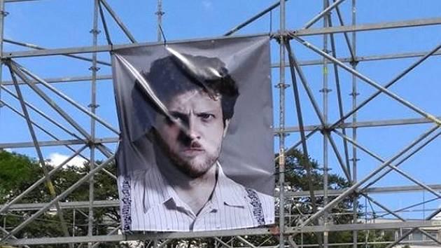 Velká fotografie brněnského náměstka primátora Matěje Hollana se v sobotu dopoledne objevila na instalaci na Moravském náměstí. Plakát vyvěsili aktivisté z hnutí Slušní lidé.