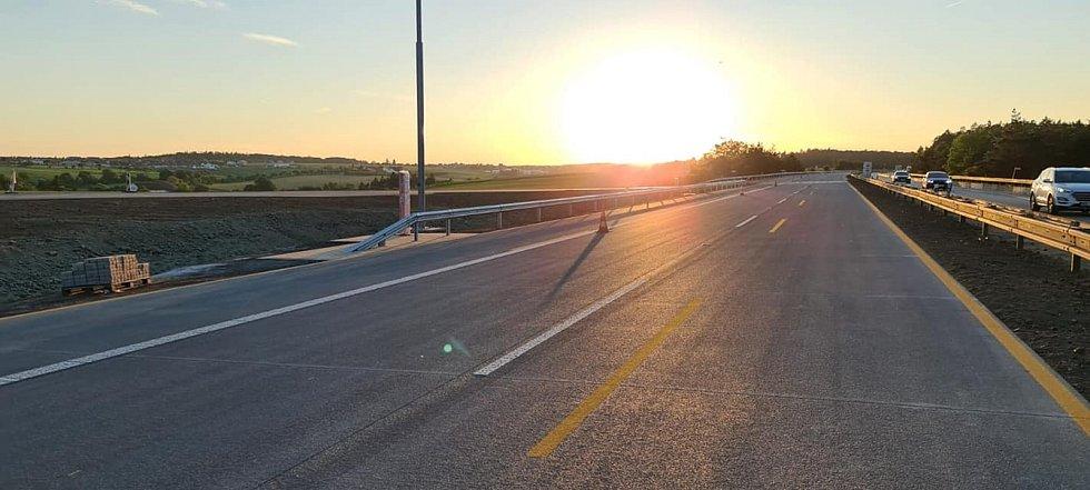 Mezi Devíti kříži a Ostrovačicemi od pondělí řidiči jezdí po novém povrchu dálnice. I když stále s omezením.