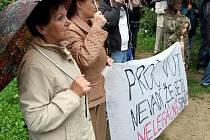 I v deštivém počasí lidé demonstrovali proti stavbě rezidence Erasmus.