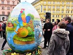 Dvoumetrové vejce na náměstí Svobody v Brně odhalil primátor města spolu se zástupci Chorvatska a autorem kraslice.