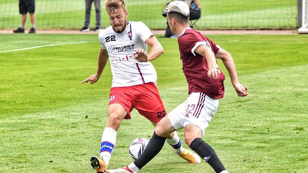 Líšeňští fotbalisté prohráli v přírpavě s pražskou Spartou 0:1. Martin Rolinek (v bílém) je v souboji s domácím hráčem Andreasem Vindheimem.