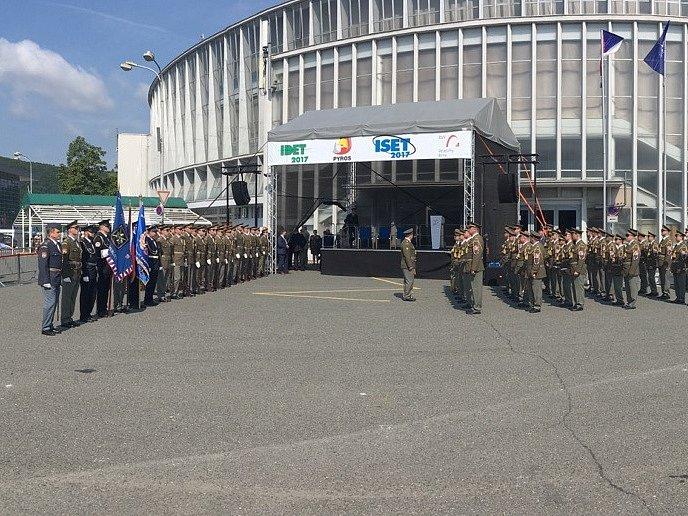 Přípravy na Zemanův příjezd a zahájení zbrojařského veletrhu.