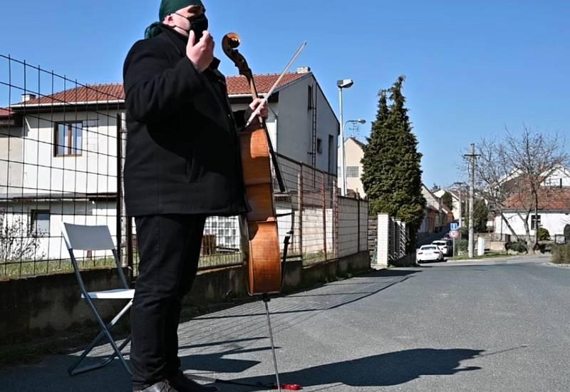 Violoncellista Josef Klíč z Brněnska krášlí lidem nelehkou dobu hudebními pozdravy.