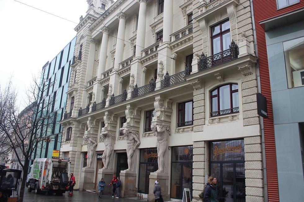 Místo tradiční cukrárny Labský v domě U Čtyř mamlasů v centru Brna je teď plzeňská hospoda.