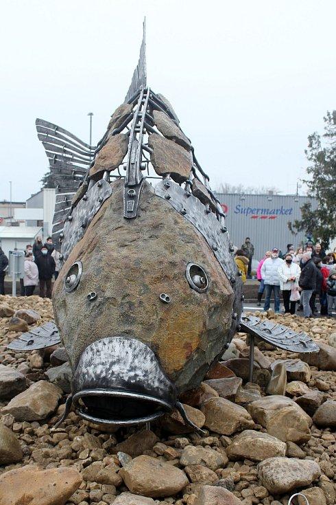 V Pohořelicích v neděli odpoledne odhalili Pohořelického kapra, který zdobí novou okružní křižovatku ve městě. Autorem je Pavel Valášek.