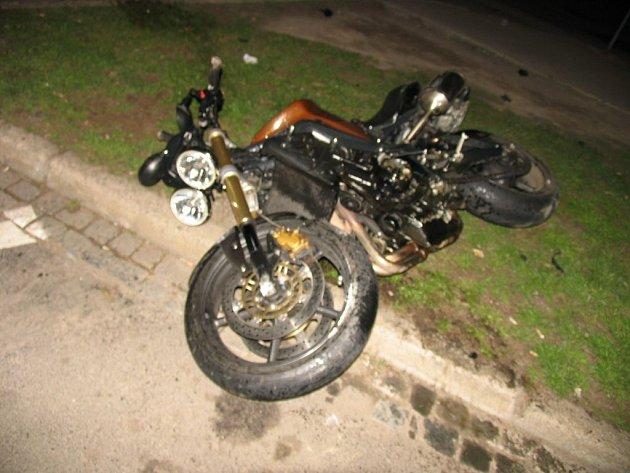 Zdrogovaný řidič ujížděl policistům na kradené motorce. Na křižovatce s ulicí Křenová nezvládl řízení a havaroval.