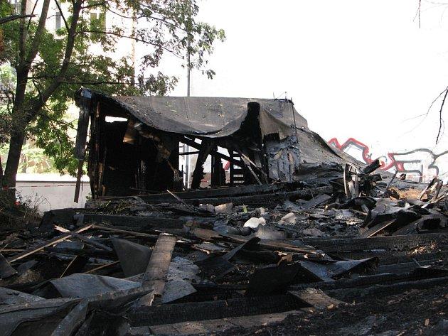 Zbytky ohořelé boudy