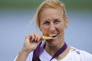 Česká skifařka Miroslava Knapková okusuje tvrdost londýnské zlaté medaile.