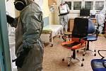 Hasiči ze základny v brněnské Líšni preventivně dezinfikovali tři patra ve Fakultní nemocnici Brno v Bohunicích.