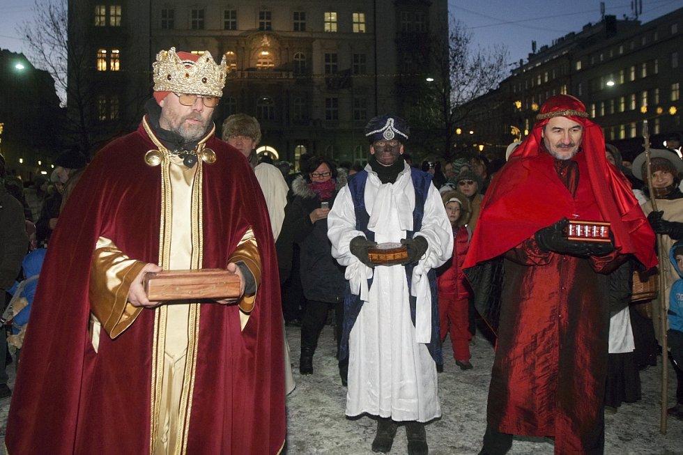 Tradiční tříkrálový průvod prošel ve čtvrtek centrem Brna. Navzdory mrazu a silnému větru se ho zúčastnily desítky lidí. Průvod zahájily slavnostní fanfáry na Petrově, poté se koledníci zastavili na Zelném trhu a náměstí Svobody.