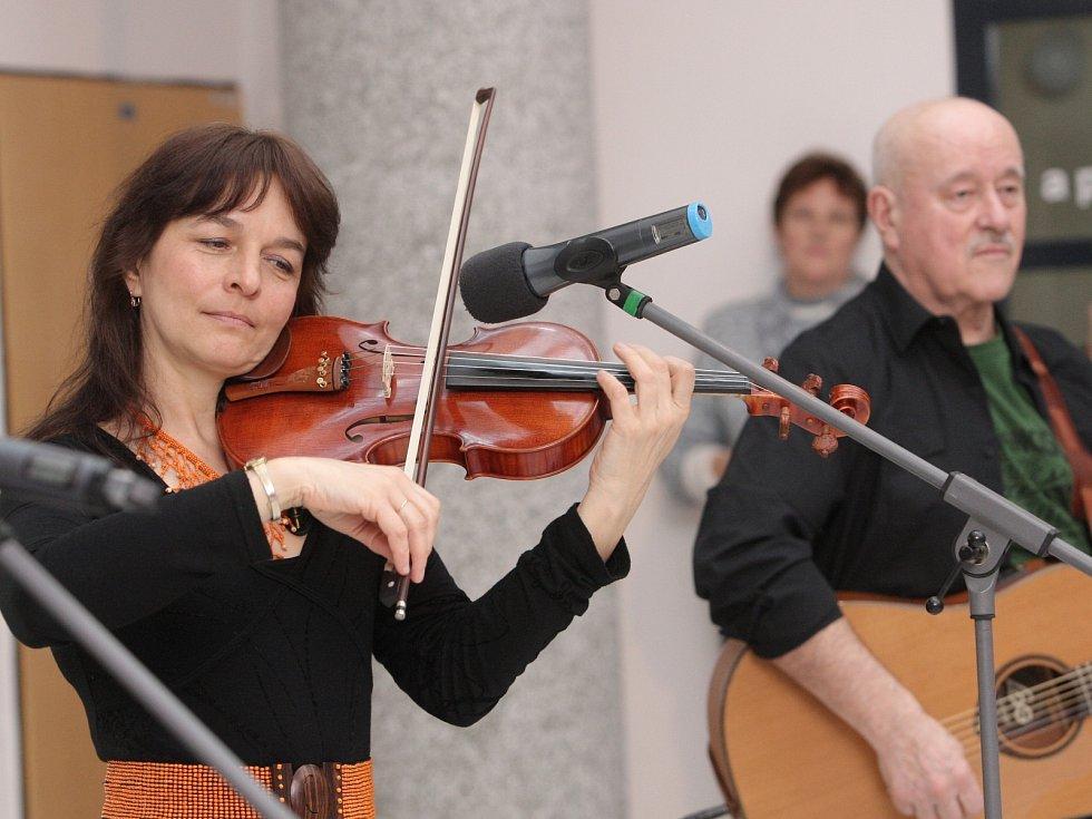 Písně Hany a Petra Ulrychových rozezněly v pondělí odpoledne galerijní prostor Žlutý kopec v Masarykově onkologickém ústavu v Brně.