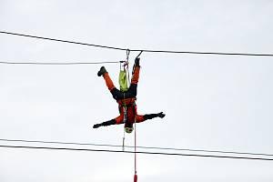 Brněnští hasiči - lezci nacvičovali zásah vyproštění člověka zachyceného na sloupu vysokého napětí.