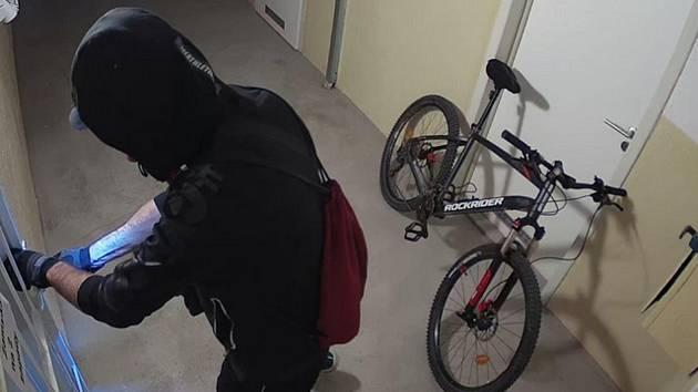 Zloděj za sebou zamknul. Ve Starém Lískovci ukradl kola za desítky tisíc