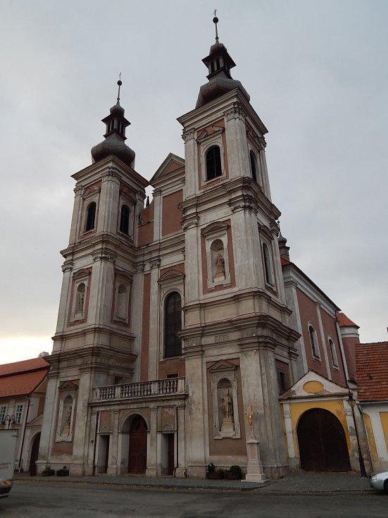 Barokní kostel Navštívení Panny Marie v Lomnici. Stavba byla postavena v letech 1669 - 1683 a patří k nejvýznamnějším památkám na Moravě. Obnova začala v roce 2007 a dovršena byla v roce 2018 obnovou fasády. Památka před opravou.
