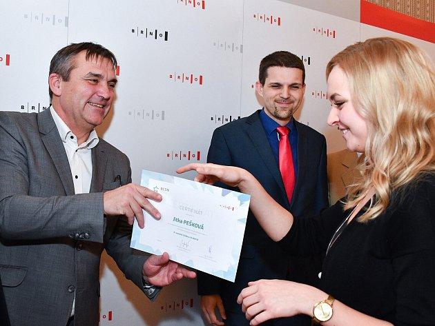 Brněnský primátor Petr Vokřál předává certifikát sportovní střelkyni Jitce Peškové.