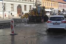 Voda z prasklého potrubí zaplavila Hrnčířskou ulici