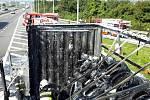 Na dálnici D1 na 196. kilometru ve směru na Prahu hořel kamion převážející pneumatiky, hasiči škodu odhadli na 2,2 milionu korun.