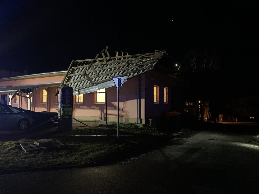 Silný vítr odnesl střechu kulturního domu v Branišovicích. Spadla na zaparkované auto.