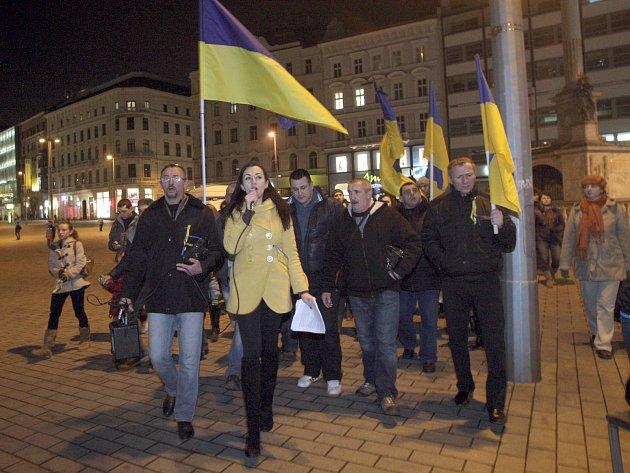 Pochodem, modlitbou a podepisováním petice ve středu večer lidé na náměstí Svobody v Brně protestovali proti stále se zhoršující situaci na Ukrajině.