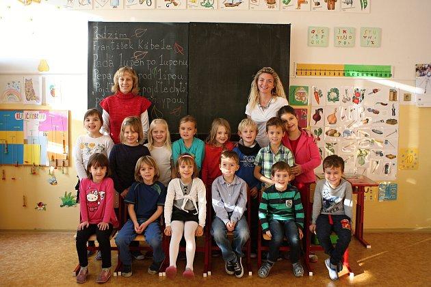 Žáci 1.Aze ZŠ vKanicích spaní třídní učitelkou Vlastou Tomášovou a paní asistentkou Hanou Petlachová.Foto: