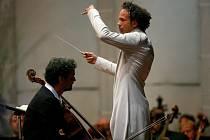 Violoncellista Jiří Bárta a dirigent Aleksandar Marković.