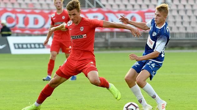 Zápas FC Zbrojovka Brno (v červeném) proti FK Pardubice. Ilustrační foto.