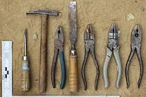 Sedmadvacetiletý zloděj vyhledával v chatkách hlavně věci, na kterých mohl později vydělat. Odnášel si zejména nářadí, ale také třeba nádobí či příbory.