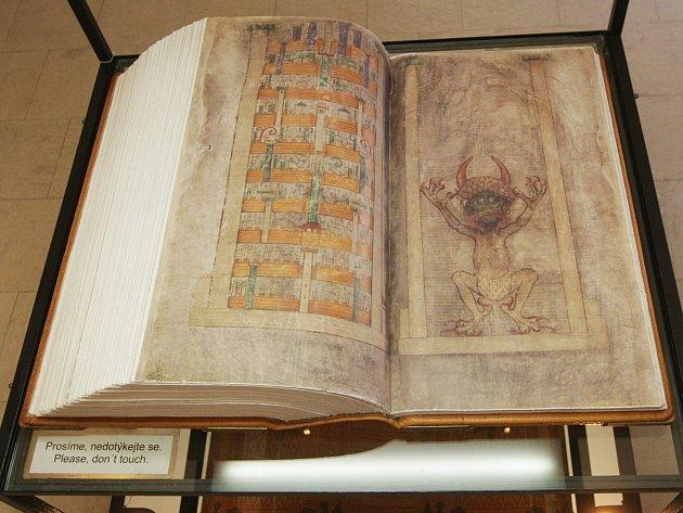 Letohrádek Mitrovských v Brně nově vystavuje mistrovskou maketu Ďáblovy bible, která je známá také jako Codex Gigas. K vidění je na výstavě také obří leporelo Lucie Seifertové, které návštěvníky provede dějinami českého národa.