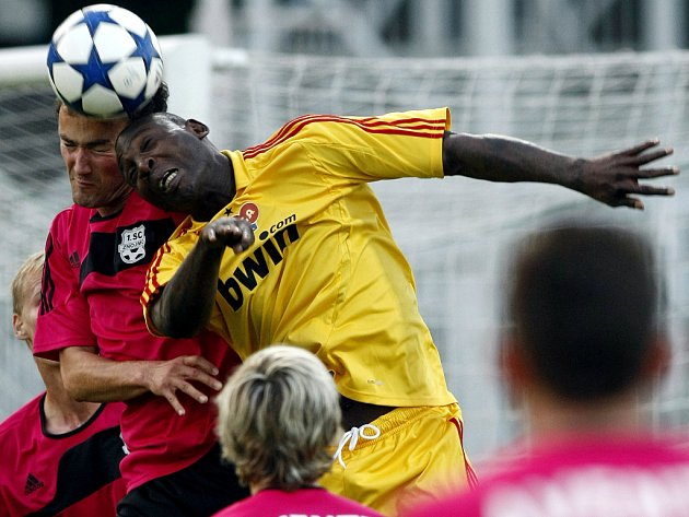 Kamerunský útočník Daniel Chigou (ve žlutém).