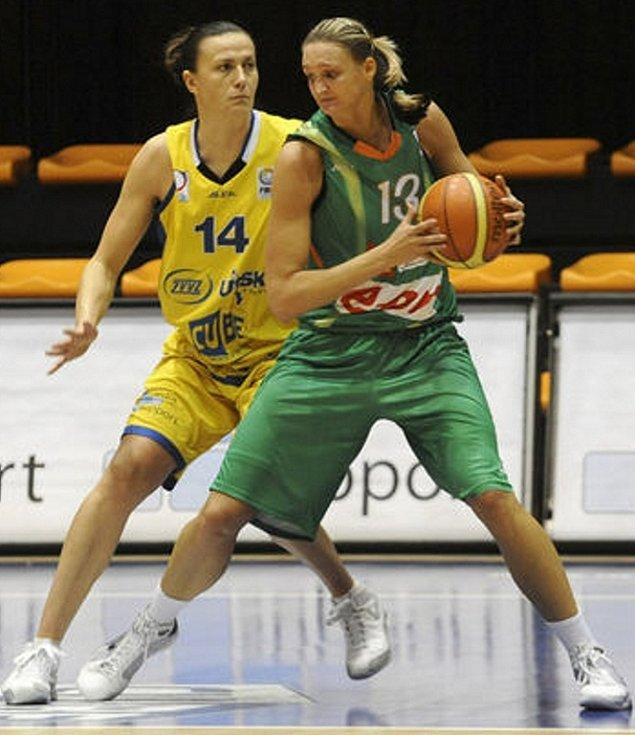Brněnská pivotka Petra Kulichová (s míčem) dala v Bourges osm bodů.