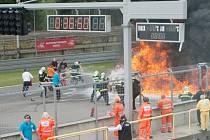 Náraz do boxové zídky a pak už jen hořící vůz v plamenech. Takový obrázek se naskytl divákům v sobotu po poledni na Masarykově okruhu při jednom z doprovodných závodů šampionátu mistrovství světa Grand Tourismo.