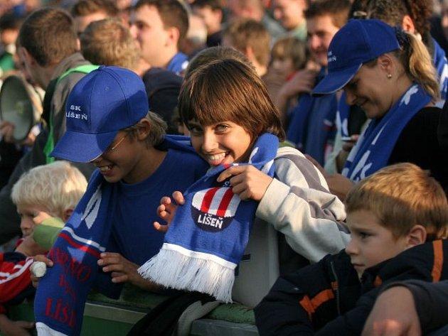 Fanoušci fotbalového klubu SK Líšeň slaví postup