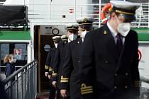Slavnostní nástup kapitánů lodí z můstku lodi Morava.